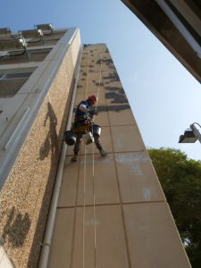 איטום סדקים חיצוניים בבניין